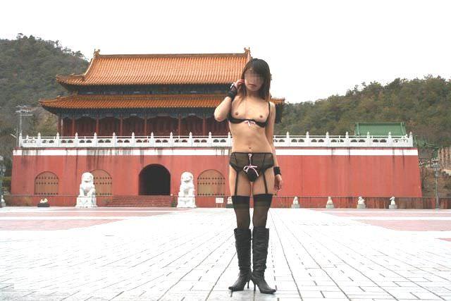 観光スポットでの記念撮影はいつもおっぱい露出してる変態素人女のエロ画像 575