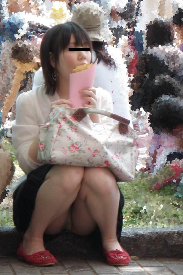 スカートで地べたに座って油断した女の子たちのエグいパンチラエロ画像 590