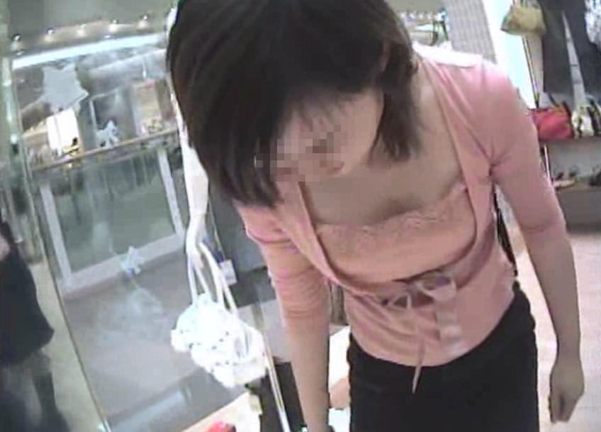ショップ店員のおしゃれお姉さんの浮きブラ乳首がたまらないエロ画像 6106