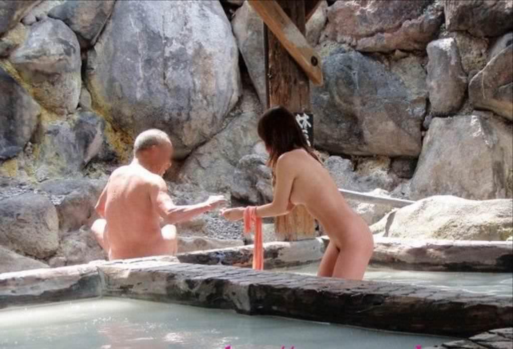 わざわざ混浴風呂にお出かけして記念撮影する変態女の露出エロ画像 613