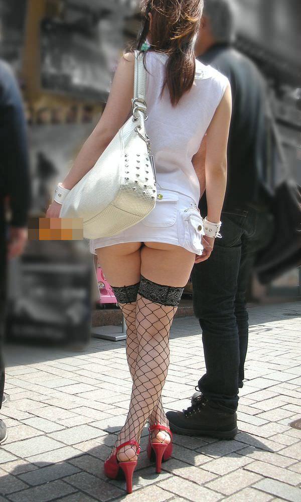 むっちりしたお尻の肉が圧迫した衣服から飛び出している街撮りエロ画像 630