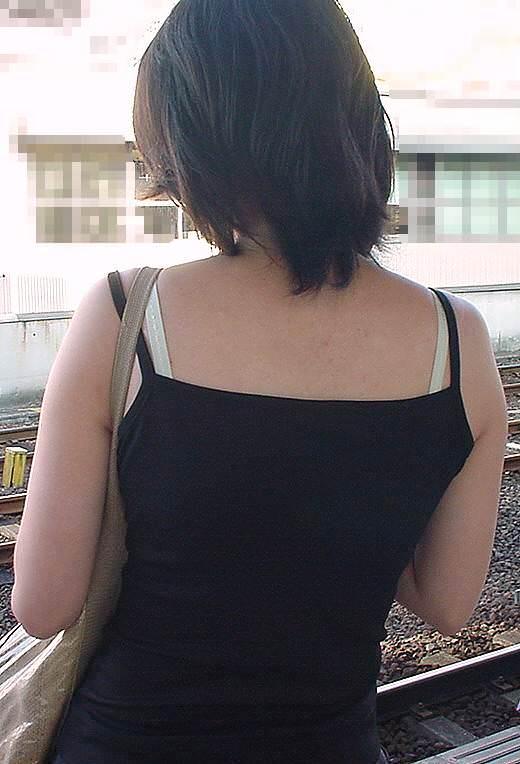気温が上がるとブラ紐がズレてブラチラしちゃってる素人の街撮りエロ画像 66