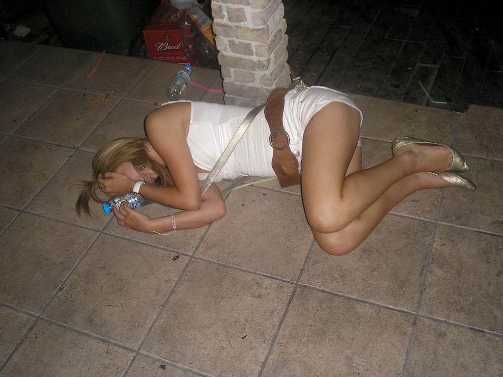 酔いつぶれてパンチラとかお尻丸出しとかお構いなしのエロ画像 664