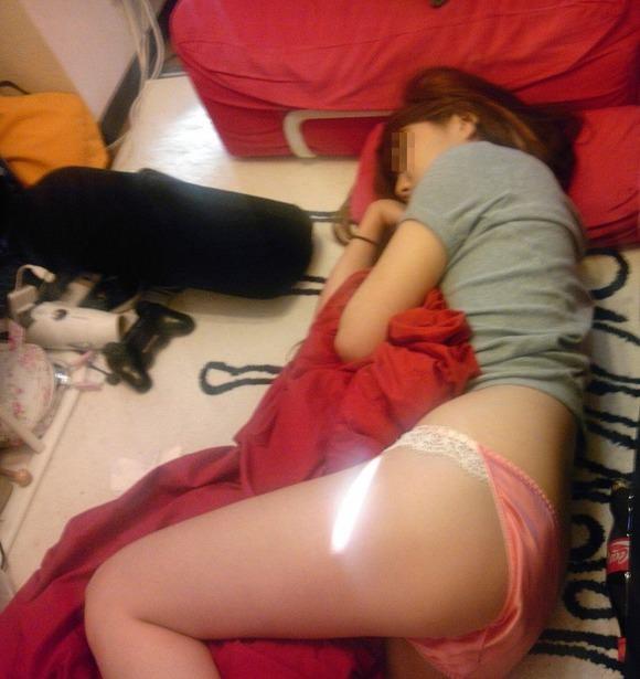 姉貴が下着姿でご就寝中にこっそり撮影しちゃった素人エロ画像 71