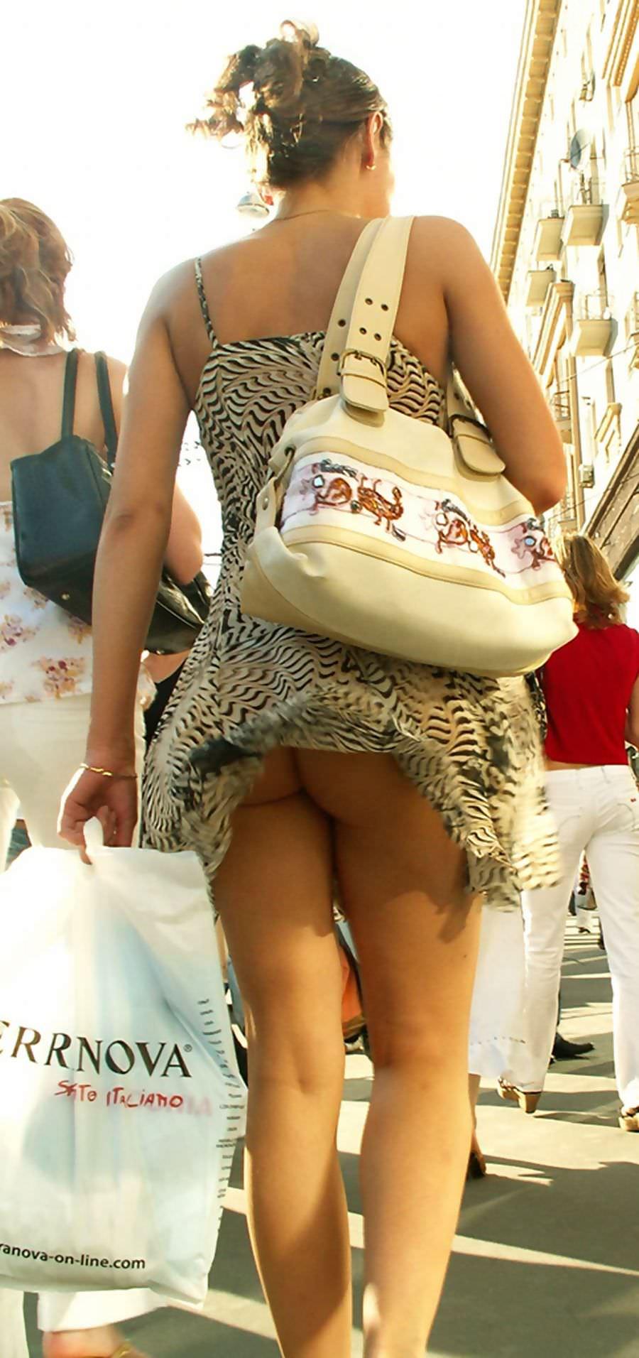 むっちりしたお尻の肉が圧迫した衣服から飛び出している街撮りエロ画像 731