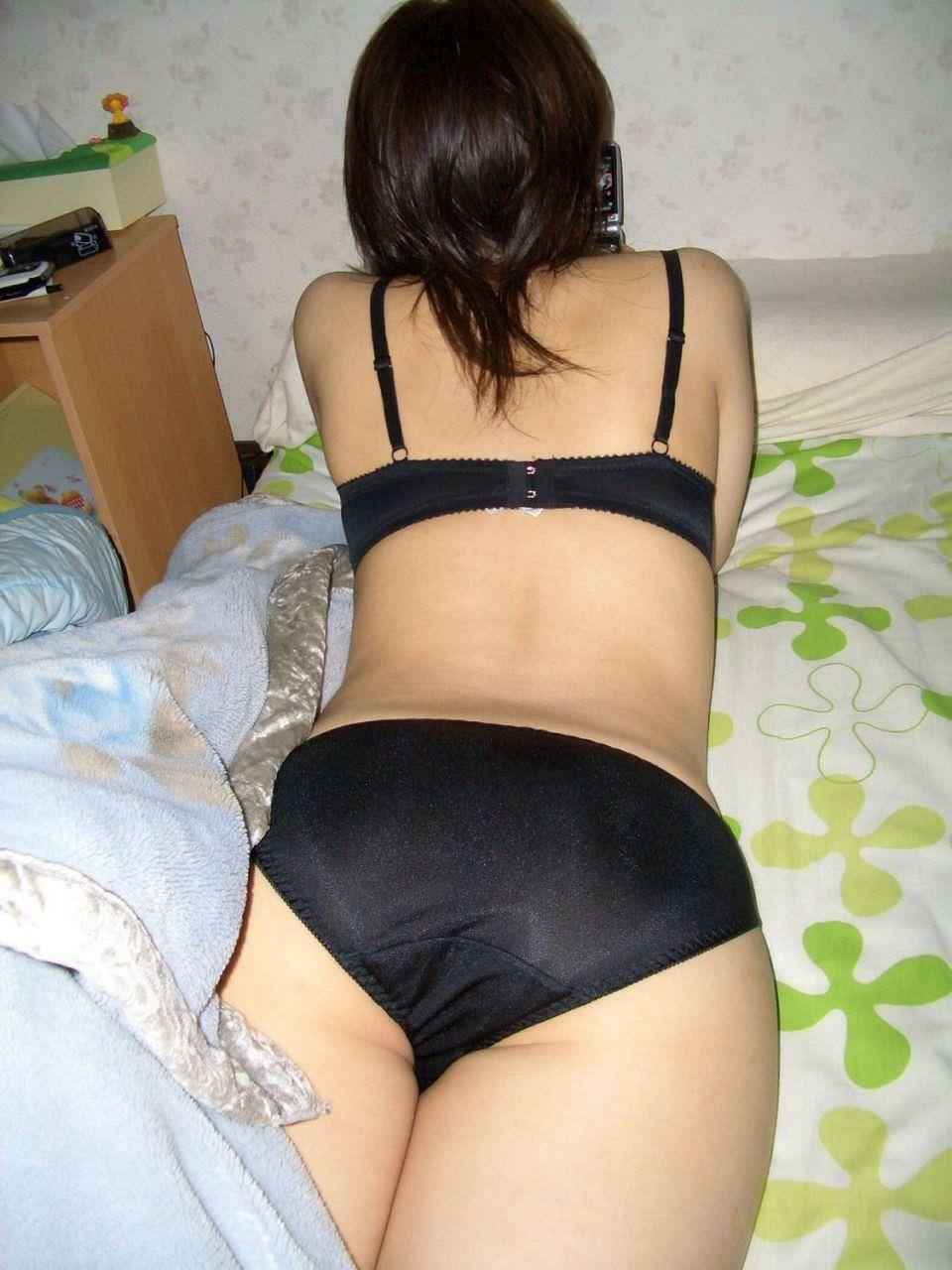 うつ伏せで寝てる彼女のお尻やおまんこを勝手に撮影したエロ画像 744