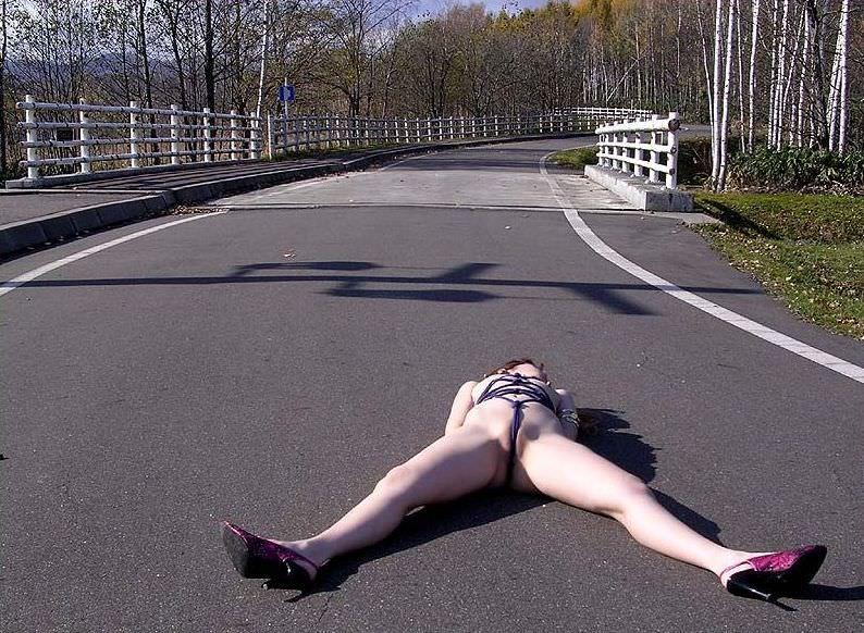 外で脱ぐことで性的興奮を満たすことが出来る露出狂女達のエロ画像 781