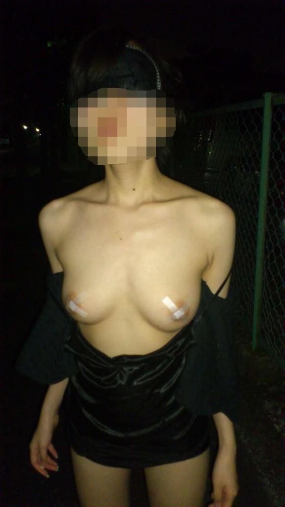 夜道で彼女を全裸にして調教中の変態野外露出エロ画像 794