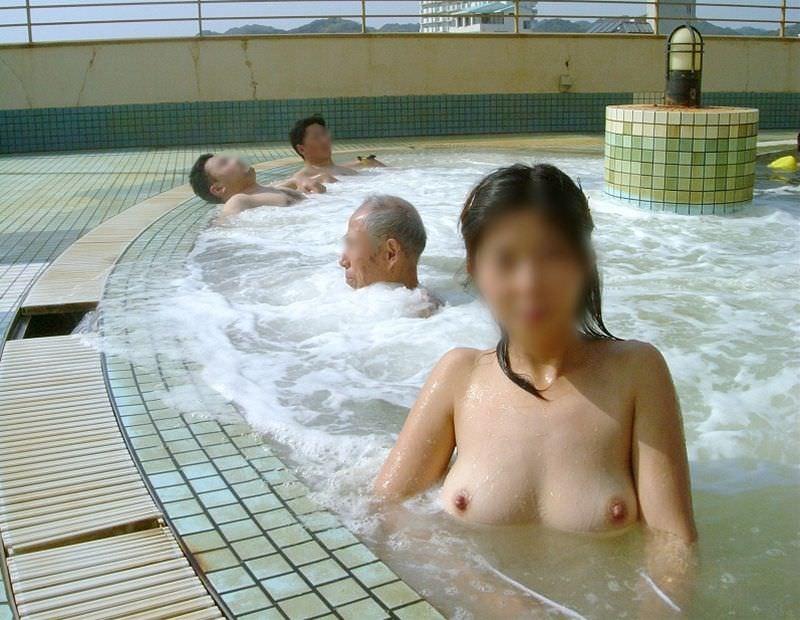 わざわざ混浴風呂にお出かけして記念撮影する変態女の露出エロ画像 814
