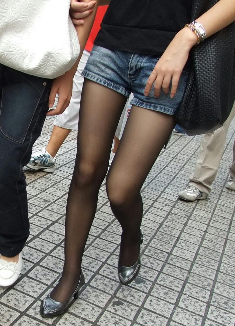 スラっと伸びる女の子の太ももにオチンポ挟みたいエロ画像 825