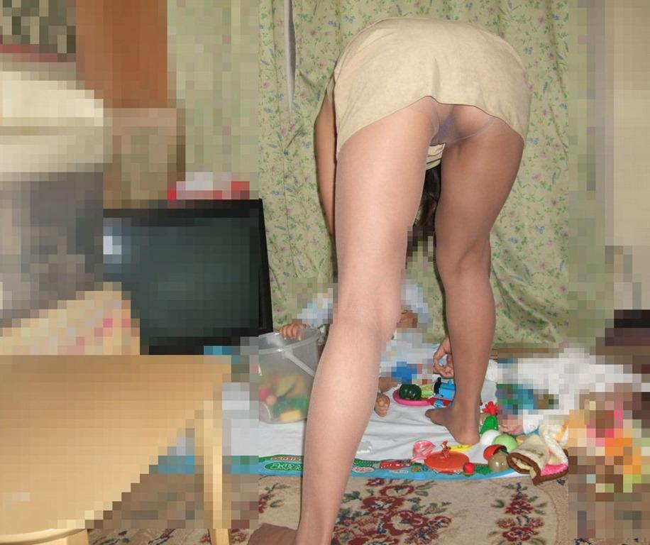 家事をする人妻がエッチな姿で家をうろつくエロ画像 864