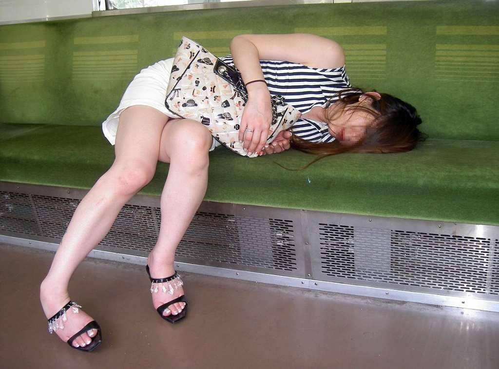 酔いつぶれてパンチラとかお尻丸出しとかお構いなしのエロ画像 865