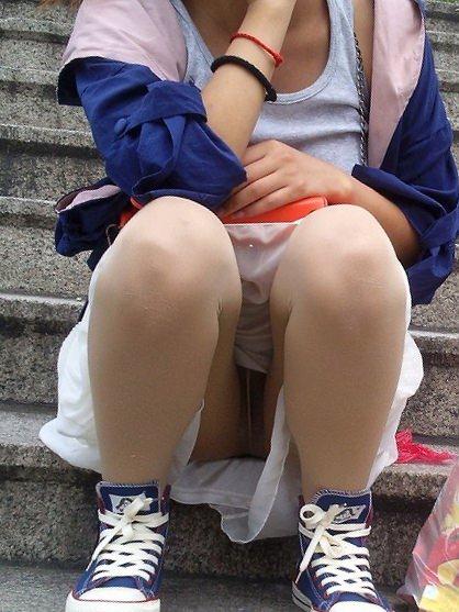 スカートで地べたに座って油断した女の子たちのエグいパンチラエロ画像 891