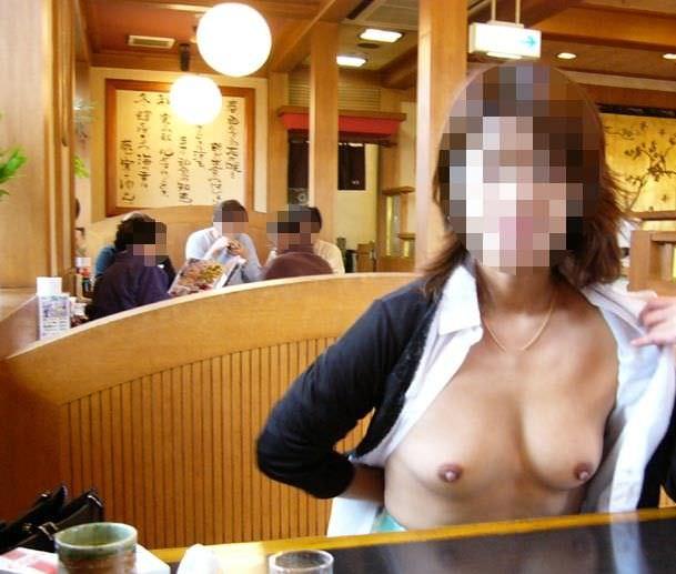 食堂やレストランで露出する破廉恥な行為をする変態女のエロ画像 923