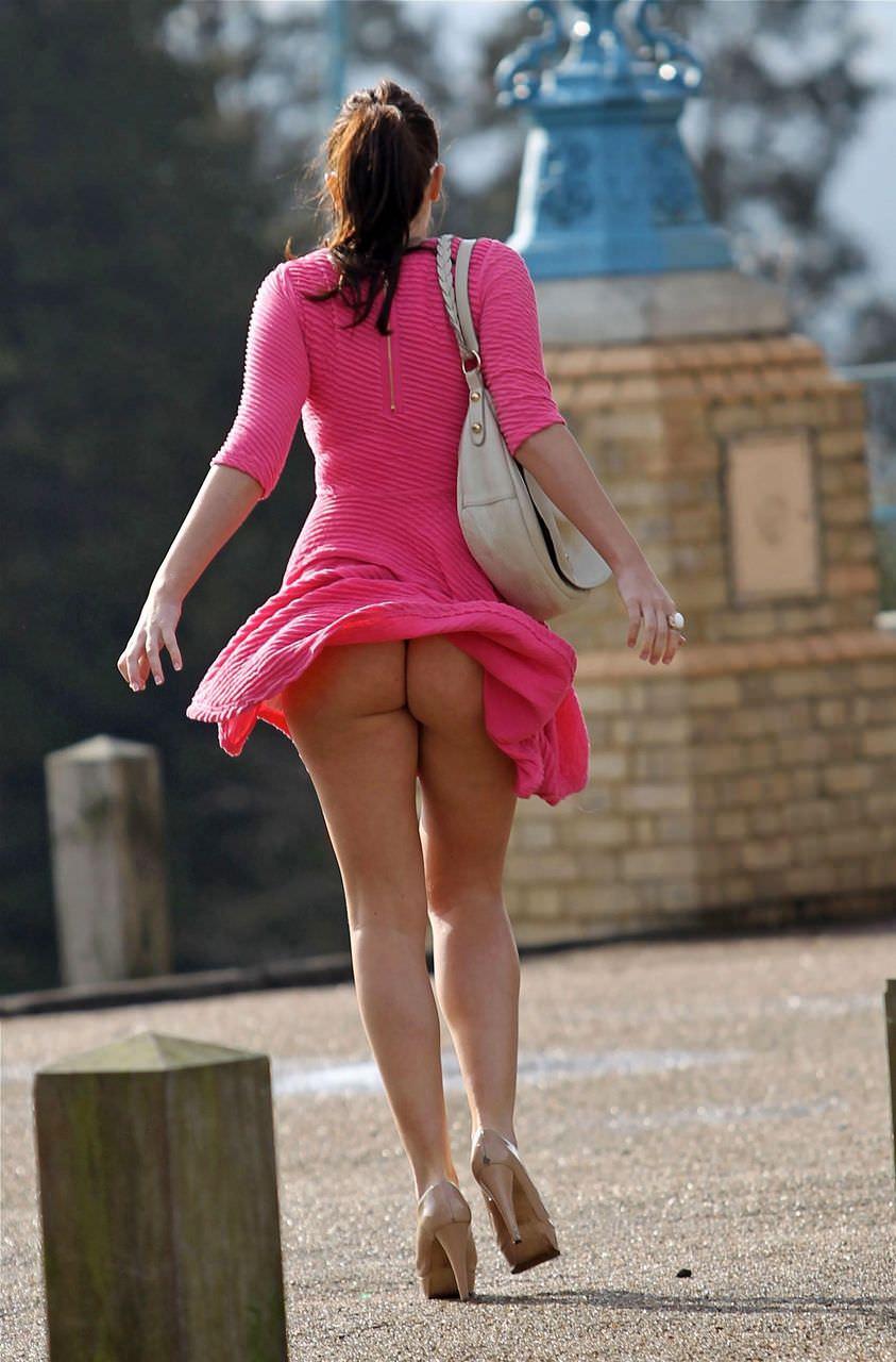 むっちりしたお尻の肉が圧迫した衣服から飛び出している街撮りエロ画像 931