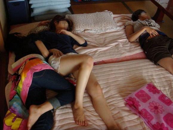 集団でエッチなおふざけしてる女の子たちのエロ画像 94