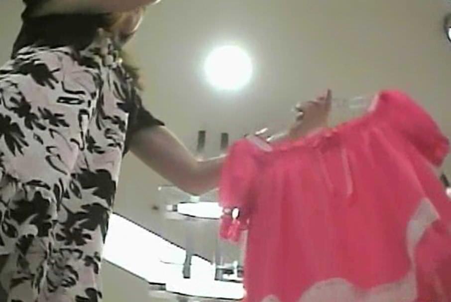 買い物中のガチ素人ギャルのスカートの中身を隠し撮りしたパンチラエロ画像 945