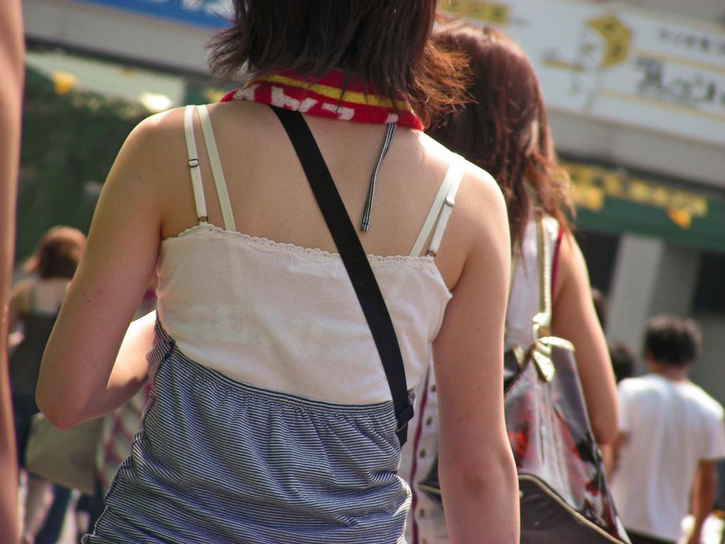 気温が上がるとブラ紐がズレてブラチラしちゃってる素人の街撮りエロ画像 96