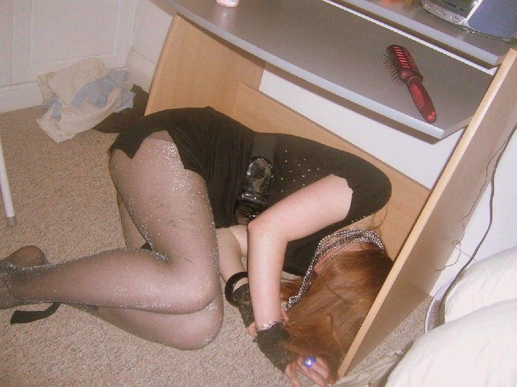 酔いつぶれてパンチラとかお尻丸出しとかお構いなしのエロ画像 965