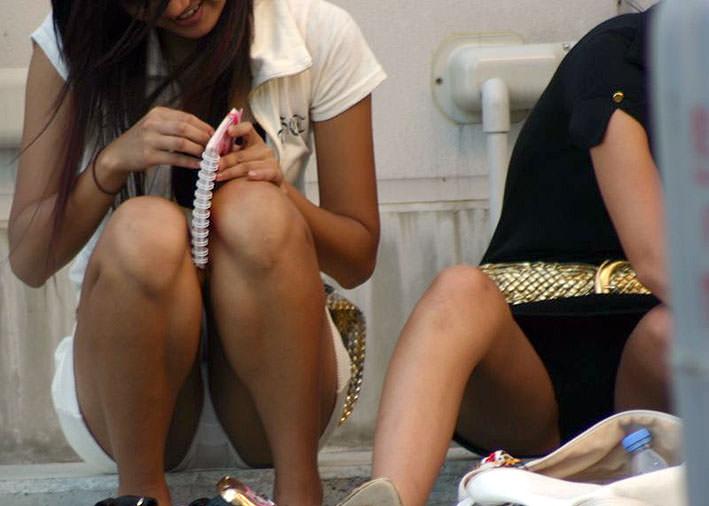 スカートで地べたに座って油断した女の子たちのエグいパンチラエロ画像 991