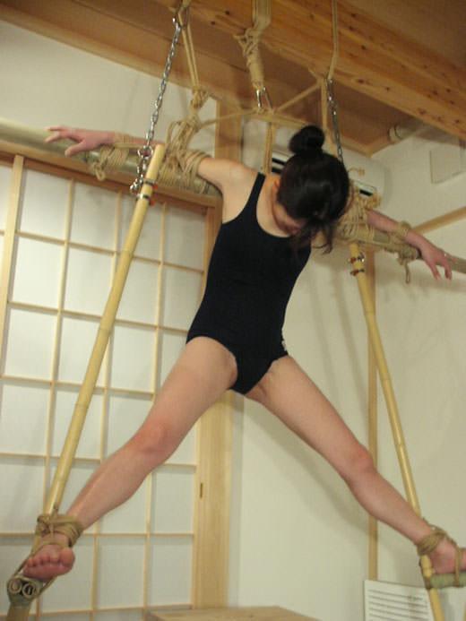 両手両足を拘束されて調教中のドM女のSMエロ画像 10110