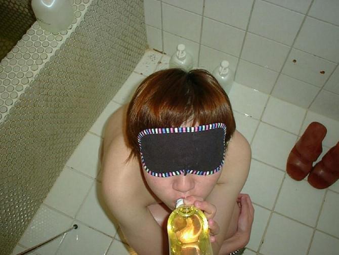 オシッコ飲んだり飲ませたり聖水プレイを楽しむ放尿スカトロエロ画像 1016