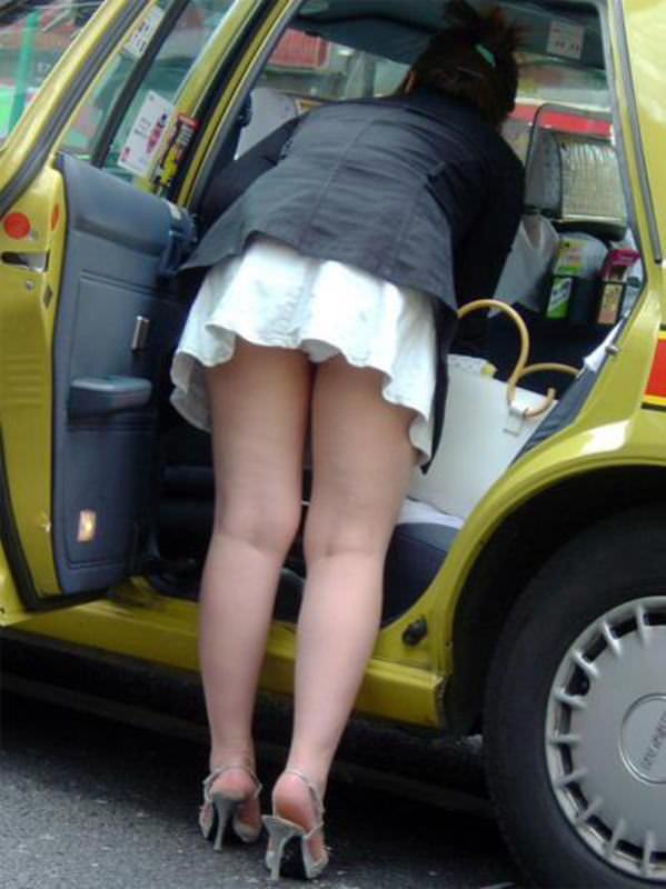 車でパンチラをコンセプトに撮影した変態素人妻のエロ画像 1098