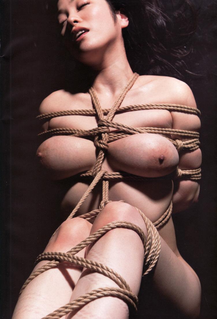 ドM女のおっぱいを強調するように縄で縛ってる緊縛SMエロ画像 11132