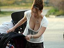 若い子から人妻まで乳首が見えたり見えなかったり街撮り胸チラエロ画像 116