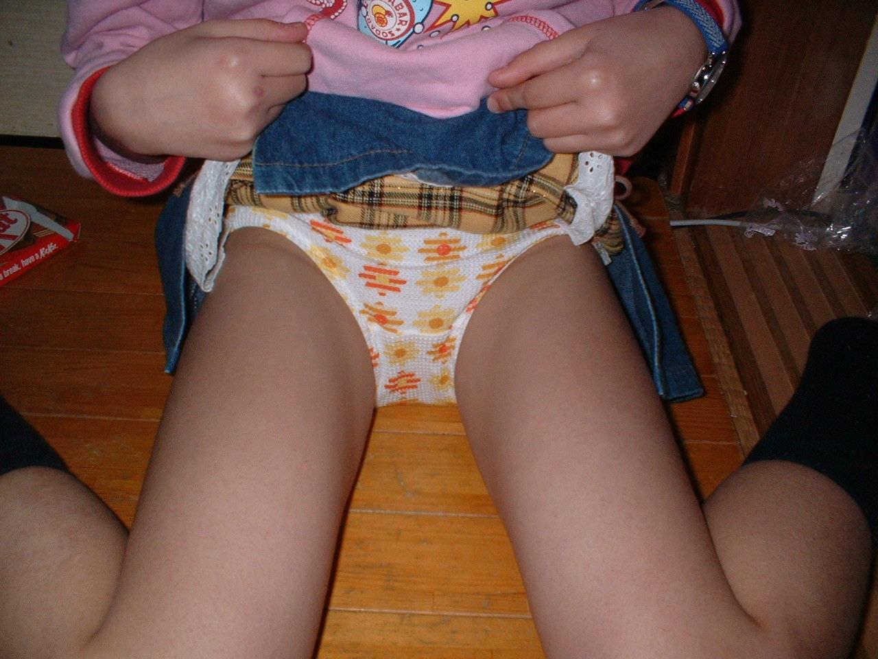 ロリロリなパンティー履いてお兄ちゃんをからかってるガチ妹のエロ画像 120