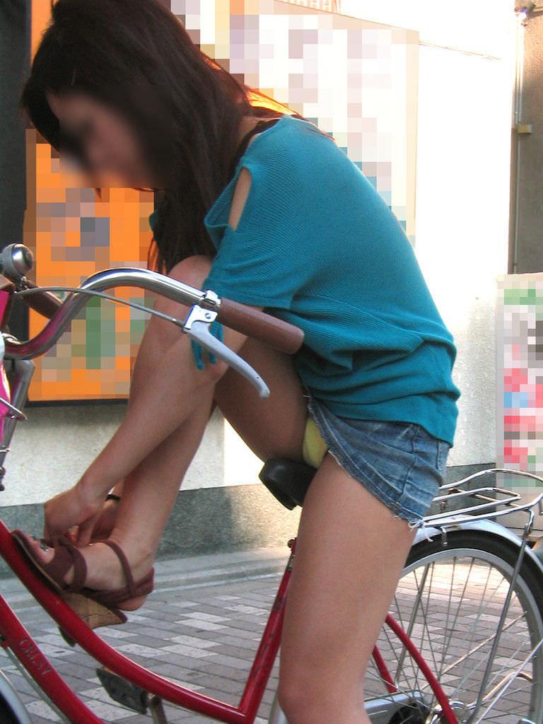 自転車に乗るお姉さんの動くまんこに馴染んだパンチラ画像 1230