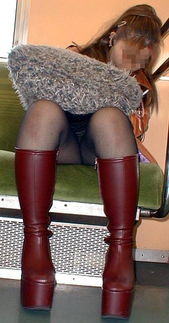 仕事や遊びに疲れて電車で寝てる女の緩んだ股間のパンチラ画像 1249