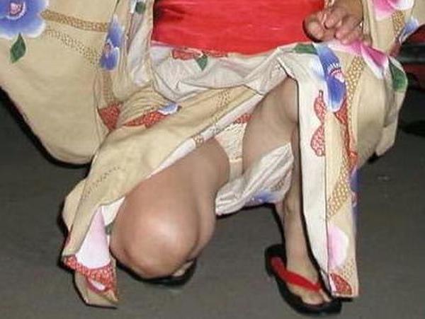 浴衣着た女の子を股間を逆さパンチラで撮影したエロ画像 1272