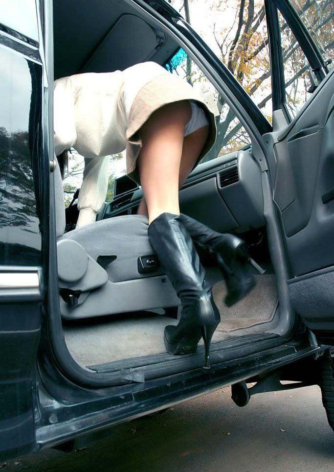 車でパンチラをコンセプトに撮影した変態素人妻のエロ画像 13100
