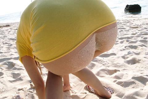 パンチラで騒ぐ女どもが夏はビキニでおっぱまで開放してるエロ画像 13107