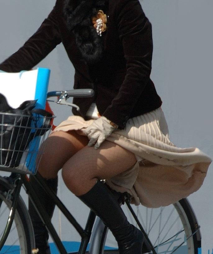 自転車に乗るお姉さんの動くまんこに馴染んだパンチラ画像 1329
