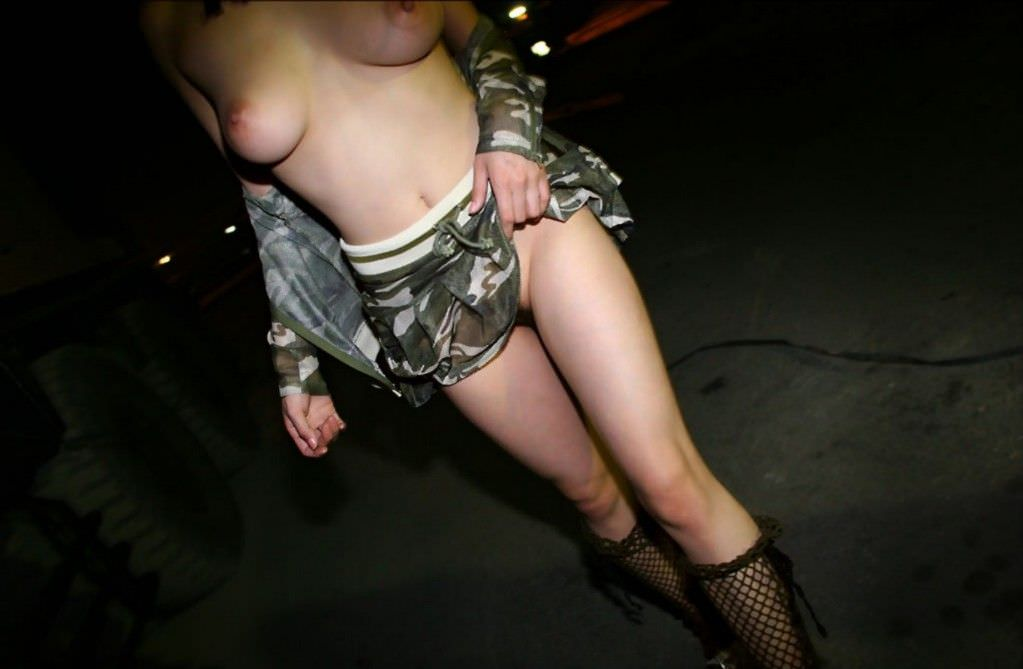 闇夜に紛れて性癖を開放し全裸で街をうろつく野外露出狂女の素人エロ画像 1334