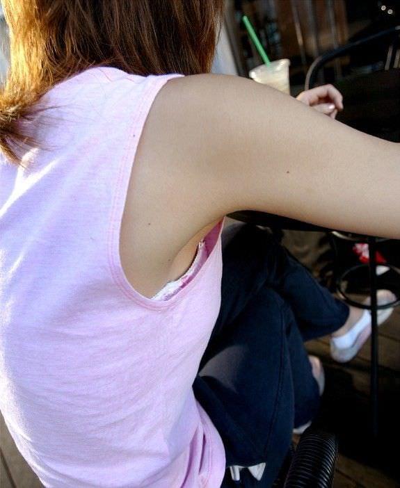 脇横から覗く乳首が可愛い胸チラおっぱいエロ画像 1338