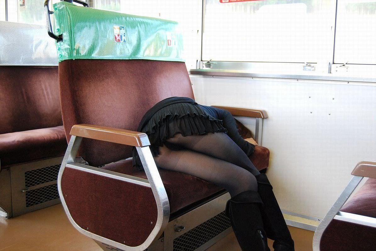 仕事や遊びに疲れて電車で寝てる女の緩んだ股間のパンチラ画像 1348