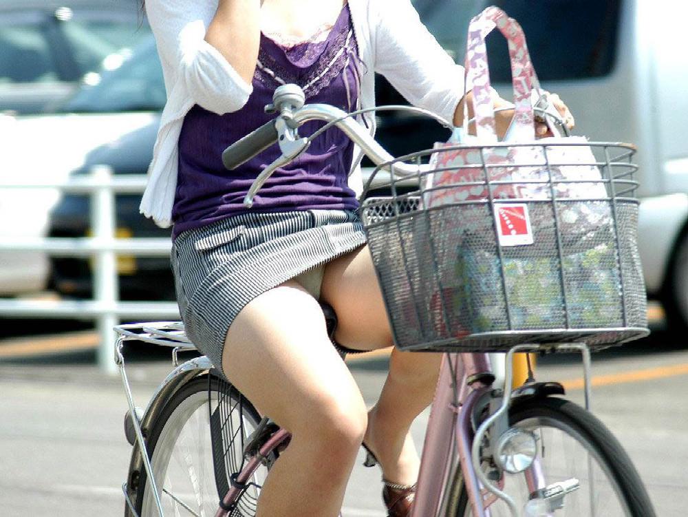 自転車に乗るお姉さんの動くまんこに馴染んだパンチラ画像 1427