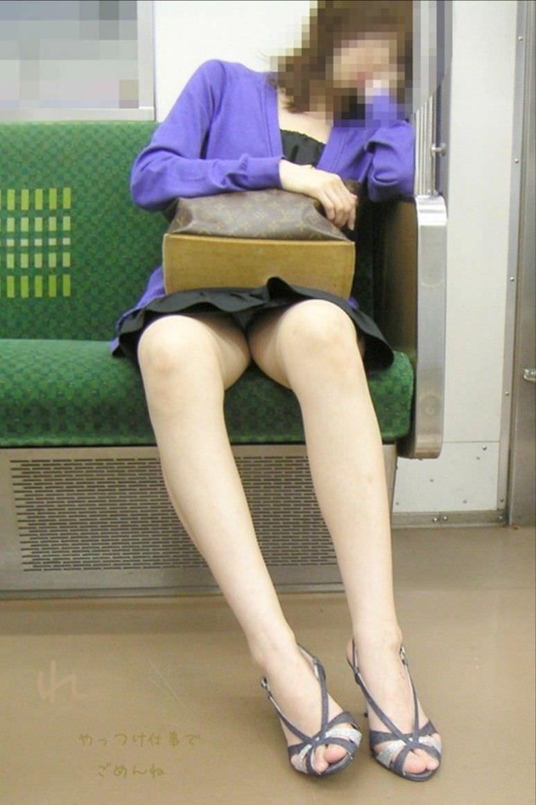 仕事や遊びに疲れて電車で寝てる女の緩んだ股間のパンチラ画像 1445