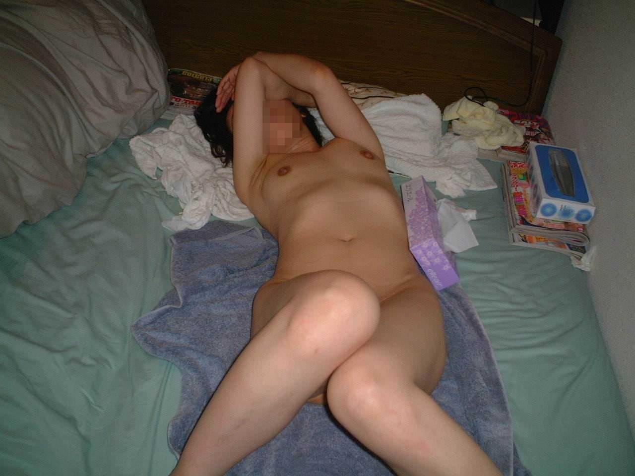 セックスに疲れた彼女がベッドに横たわる姿をネットに流出させたエロ画像 1480