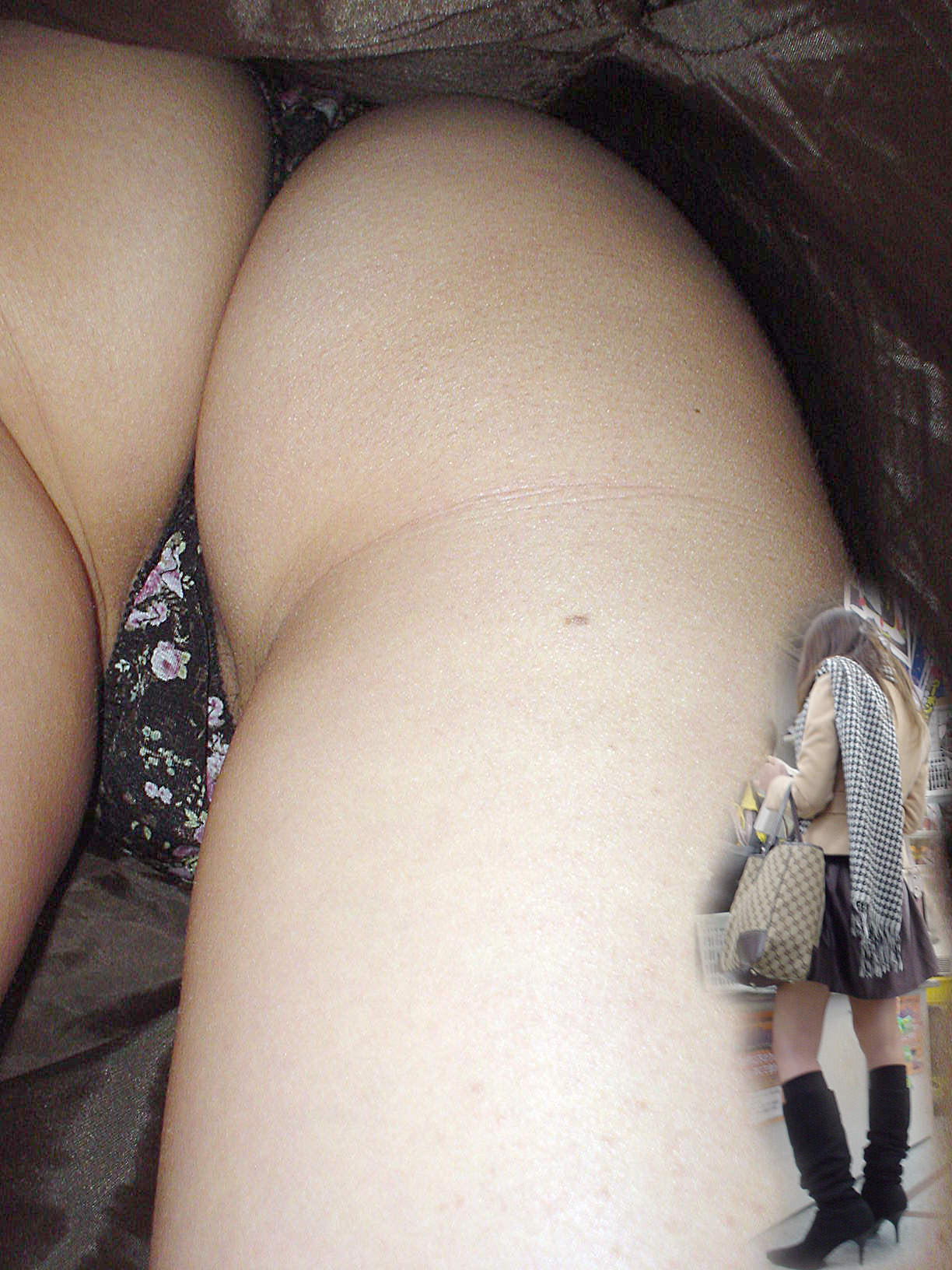 Tバックとかいうエロい下着を履いた素人女性www逆さ撮りパンチラこっそり撮影wwwwwww 1532 1