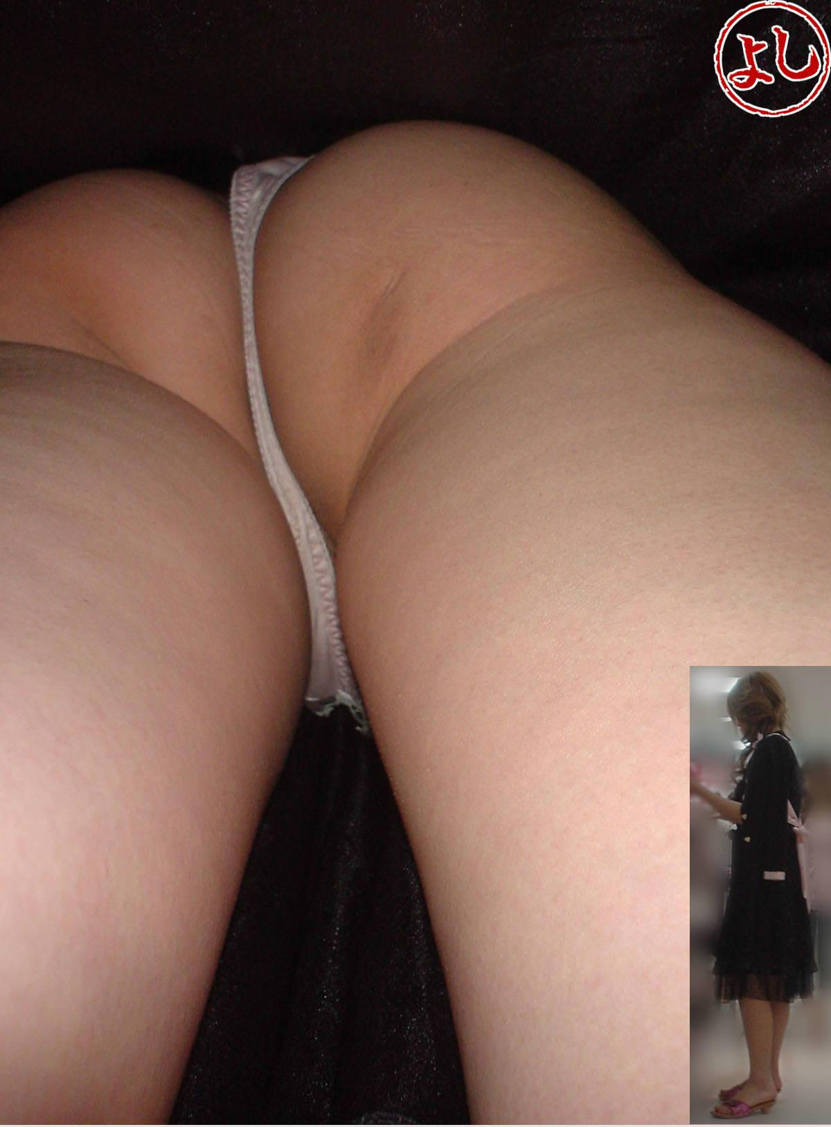 Tバックとかいうエロい下着を履いた素人女性www逆さ撮りパンチラこっそり撮影wwwwwww 1534 1