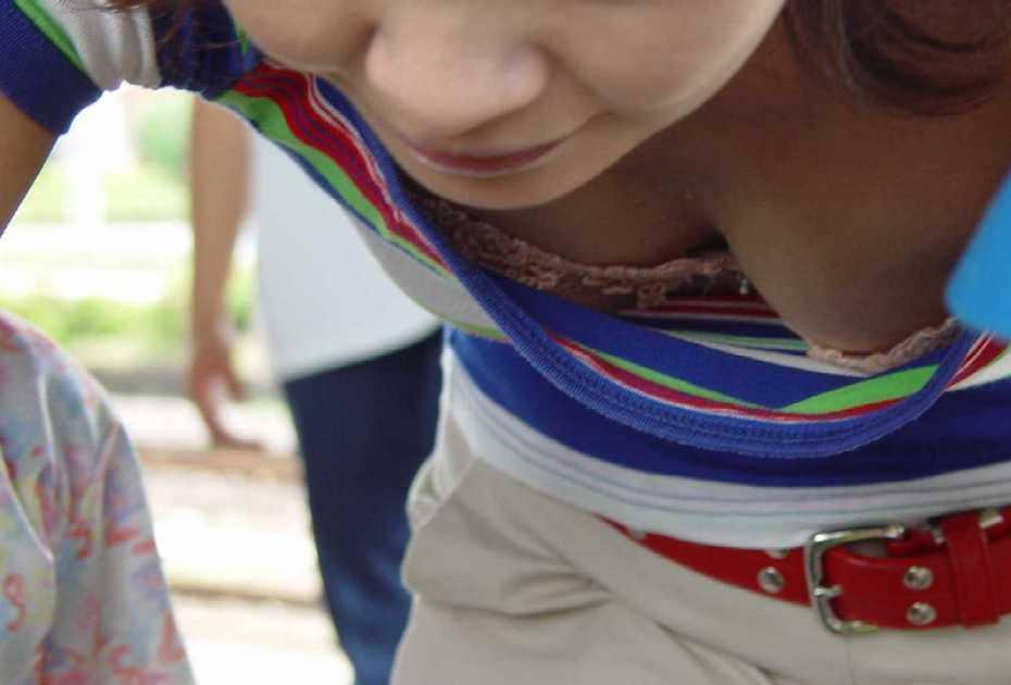 若い子から人妻まで乳首が見えたり見えなかったり街撮り胸チラエロ画像 154