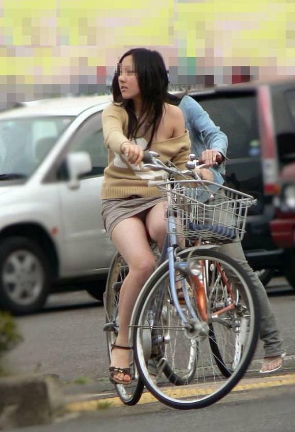 自転車に乗るお姉さんの動くまんこに馴染んだパンチラ画像 1626