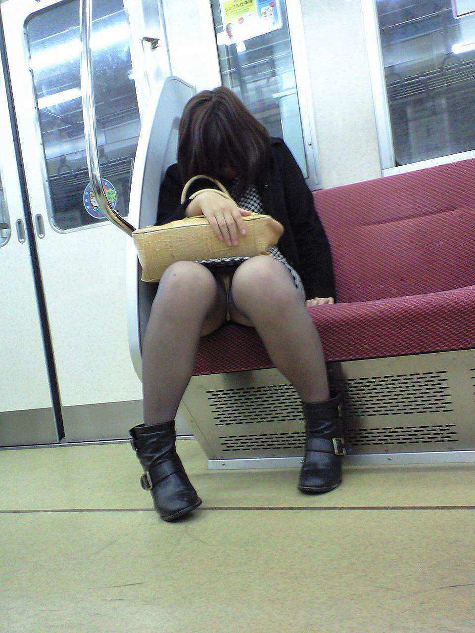 仕事や遊びに疲れて電車で寝てる女の緩んだ股間のパンチラ画像 1640