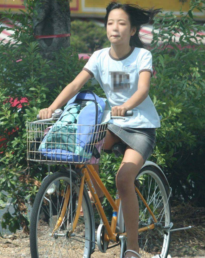 自転車に乗るお姉さんの動くまんこに馴染んだパンチラ画像 1724