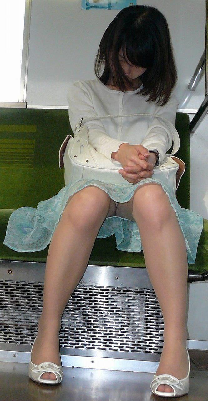 仕事や遊びに疲れて電車で寝てる女の緩んだ股間のパンチラ画像 1738