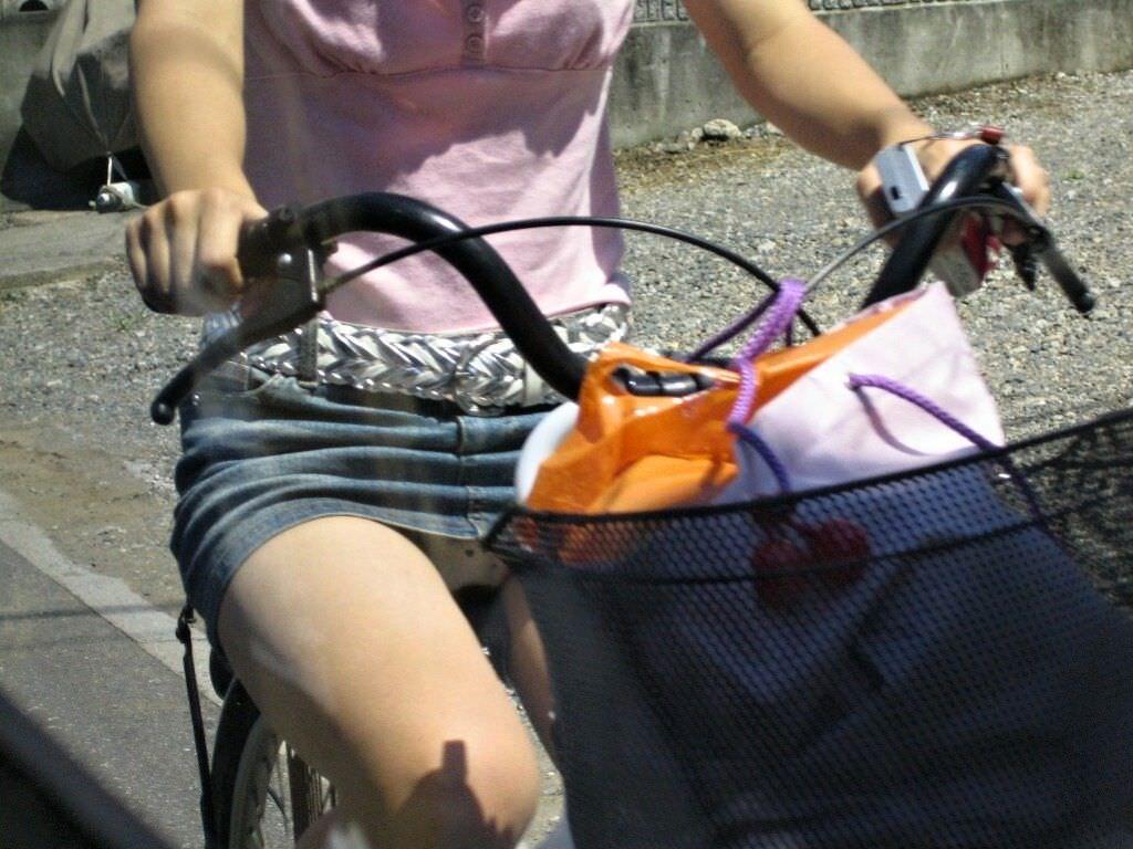 自転車に乗るお姉さんの動くまんこに馴染んだパンチラ画像 1920